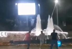 PESNIČENJE NA ULICI Brutalna tuča u centru Jajca, uhapšeno pet osoba (UZNEMIRUJUĆI VIDEO)