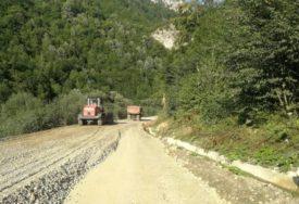 KFOR ZAUSTAVIO RADOVE Nema više građevinskih mašina na putu u blizini manastira VISOKI DEČANI