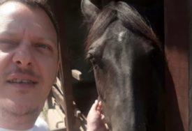 SCENA POPUT ONIH NA FILMOVIMA Odbjegli konj juri ulicama grada, vlasnik moli za pomoć (VIDEO)