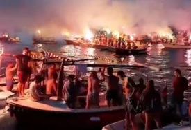 """""""MILO, NE DAMO TI SVETINJE"""" Na moru se spojile dvije litije, 40 barki  i  stotine vjernika sa JASNOM PORUKOM (VIDEO)"""