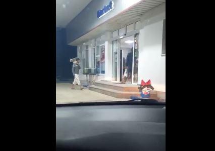 """OPIJAJU SE NA LIVADAMA Evo kako migranti iz kampa """"Miral"""" kupuju alkohol u Velikoj Kladuši (VIDEO)"""