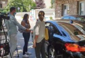 JAVNOST GA OŠTRO OSUDILA Kantonalni ministar novinarima dao izjavu iz automobila (FOTO)