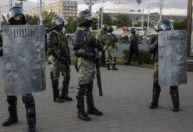 NA AMBASADU BJELORUSIJE BAČENA BAKLJA U Kijevu je neko iz mase pogodio objekat