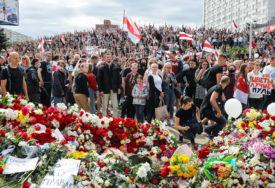 HILJADE LJUDI NA SAHRANI DEMONSTRANTA Smrt mladića stradalog na protestima u Minsku još nerazjašnjena (FOTO)