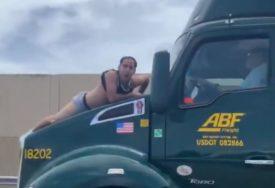 FILMSKA SCENA Skočio na haubu kamiona u pokretu i nasrnuo na vozača (VIDEO)