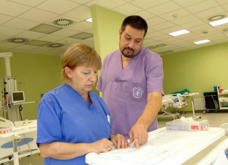 LJEKARI SE BORE ZA ŽIVOTE MAJKE I SINA Žena skinuta s respiratora, muškarac i dalje u teškom stanju