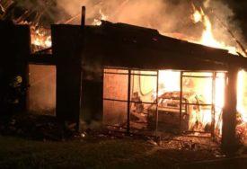 GORJELI ŠTALA, GARAŽA I AUTOMOBIL Vatrogasci brzom intervencijom ugasili vatru