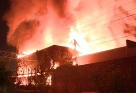 VELIKI POŽAR U FILADELFIJI Zapalio se magacin, nema povrijeđenih (VIDEO)