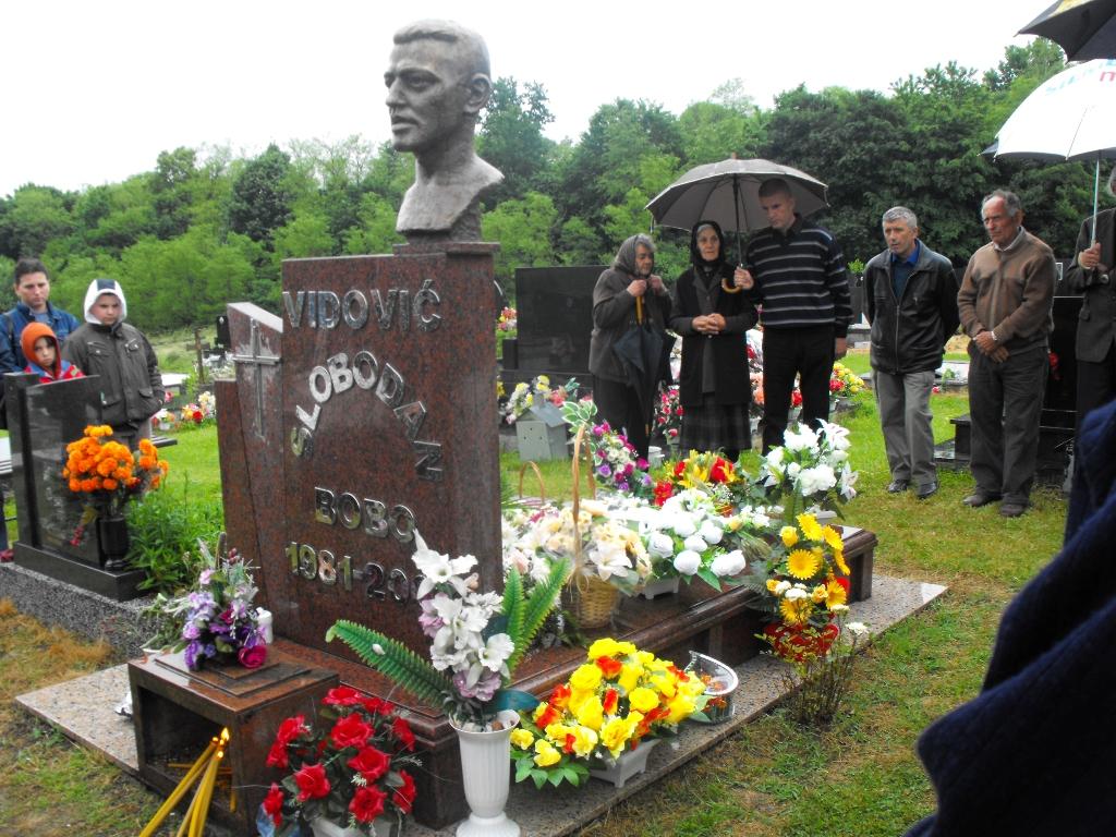 Pomen Slobodanu - Bobi Vidoviću na groblju u rodnoj Međeđi