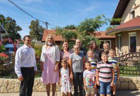 JEDINSTVENI, A ZA SEBE KAŽU DA SU SKROMNI Predsjednica Srpske obišla desetočlanu porodicu Savković