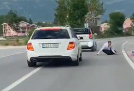 MAHAO ZASTAVOM PA ISPAO IZ AUTOMOBILA Svadba u Posušju umalo bila kobna za mladića (VIDEO)