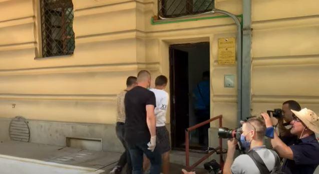 UBIJEN DOK JE POKUŠAVAO DA SPRIJEČI TUČU Trojica osumnjičenih predata Tužilaštvu KS (VIDEO)