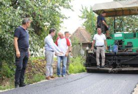 NA RED DOŠAO I PUT Mještani Ugljevičke Obriježi s nestrpljenjem očekuju kraj radova na asfaltiranju