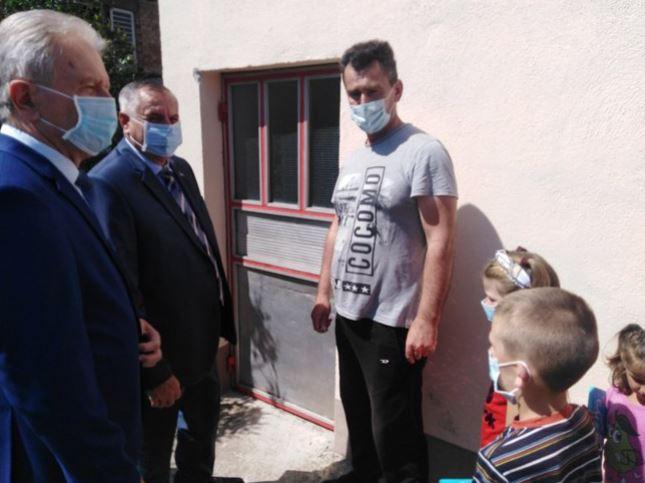 NOVI DOM ZA STANKOVIĆE Višković uručio ključeve kuće sedmočlanoj porodici (FOTO)