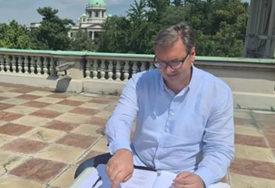 """""""NEOBIČNO MJESTO ZA ANALIZU REZULTATA"""" Predsjednik Vučić kancelariju zamijenio terasom (FOTO)"""
