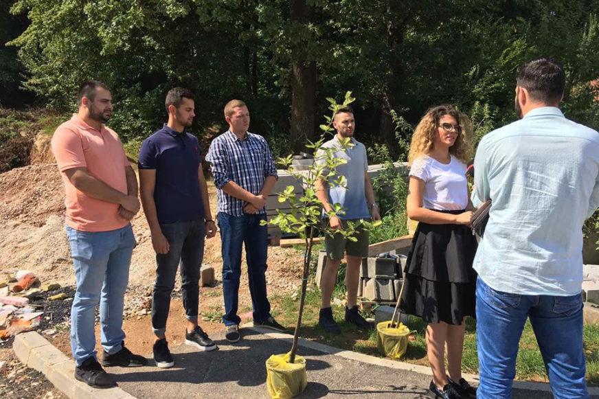 POKLONILI ĆOSIĆU SADNICE MUKINJE Aktiv mladih SDS traži da rukovodstvo opštine ispuni obećanja