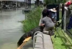 DRAMA PORED RIJEKE Otac spasao kćerku od ogromne zvjeri (VIDEO)