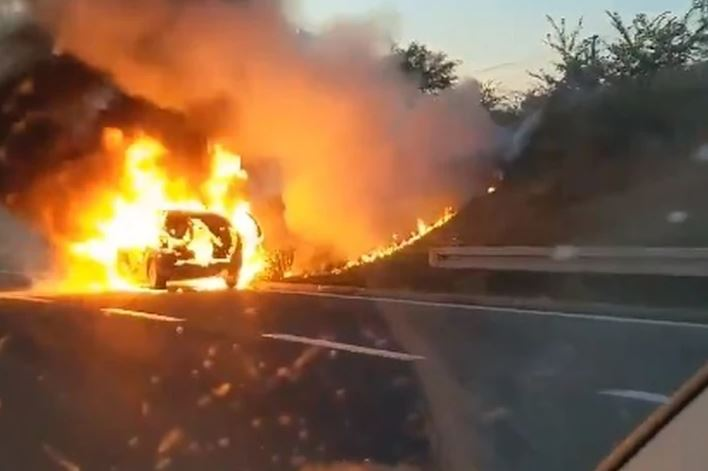 VOZILO U PLAMENU NA AUTO-PUTU Zapalio se automobil na ulazu u Beograd (VIDEO)