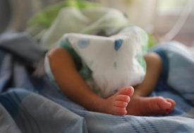 HEROJ OD 920 GRAMA Beba čija je majka umrla od korone skinuta sa RESPIRATORA