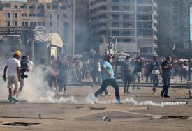 TREĆI DAN NEMIRA U BEJRUTU Demonstranti bacali petarde na policiju, a oni im uzvratili SUZAVCEM