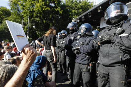 GRAĐANI SE OKUPILI I DANAS Na protestima protiv restrikcija u Berlinu povrijeđeno 45 policajaca