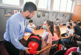 NA POKLON I ŠKOLSKI PRIBOR Đaci iz višečlanih i romskih porodica dobili besplatne udžbenike