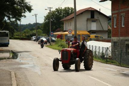 Vozač traktora uhapšen: Muškarac teško povrijeđen prilikom pada sa prikolice