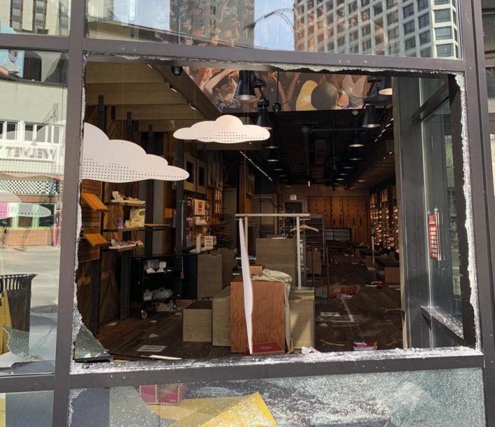 NAJAVLJEN POLICIJSKI ČAS Stotine ljudi uništavalo i pljačkalo u Čikagu