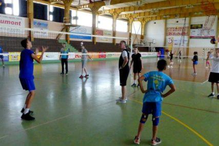NIKOLIĆ U GRADU ODBOJKE Trener Partizana radi s mladim odbojkašima u Modriči