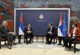 VUČIĆ RAZVODNJAVA PRIČU O STATUSU SRPSKE Podrška iz Beograda, ali samo u okviru Dejtona
