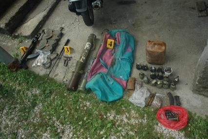 PRETRESI U DERVENTI Zaplijenjeni raketni bacači, 5 kg eksploziva, municija i droga