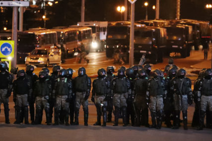 STRASTI SE NE SMIRUJU Uhapšeni demonstranti ispred ambasade Bjelorusije u Moskvi