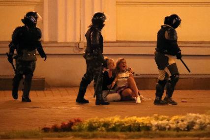 STRAVIČNE SCENE IZ MINSKA Policija pucala na ljude koji su sa terasa pružali podršku demonstrantima (VIDEO)