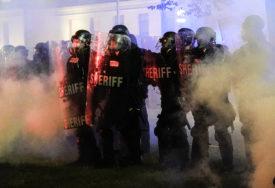 NE MIRUJU RASNI PROTESTI U SAD Zbog ubistva dva demonstranta uhapšen tinejdžer