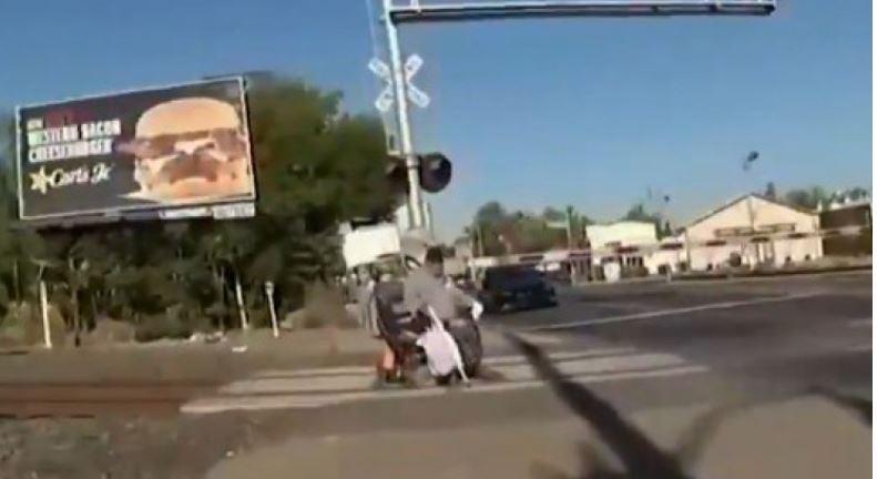 POLICAJKA U ZADNJEM TRENUTKU SPASILA ČOVJEKA U invalidskim kolicima zapeo na šinama