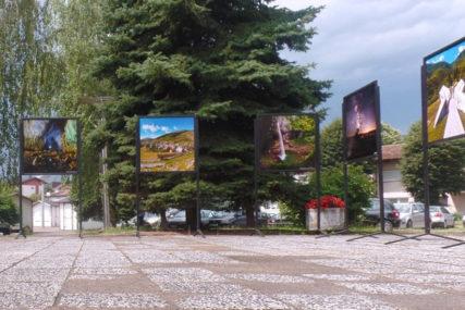 ZA LJUBITELJE UMJETNOSTI Otvorena izložba fotografija ispred Galerije u Laktašima