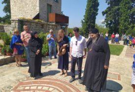 KARAĐORĐEVIĆI OBIŠLI SVETINJE Princ Filip posjetio manastir Tvrdoš i Petropavlov manastir (FOTO)