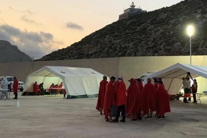 POLICIJA PRONAŠLA 15 BJEGUNACA Iz karantina u Španiji pobjeglo 59 migranata