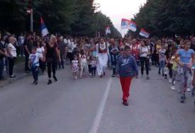 """LITIJE U VIŠE GRADOVA Crnogorci """"naoružani"""" barjacima i ikonama, orilo se """"NE DAMO SVETINJE"""" (VIDEO)"""