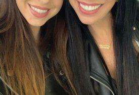 BUKVALNO SU PRESLIKANE Mama ima 60 GODINA, kćerka 30, a toliko liče jedna na drugu (FOTO)