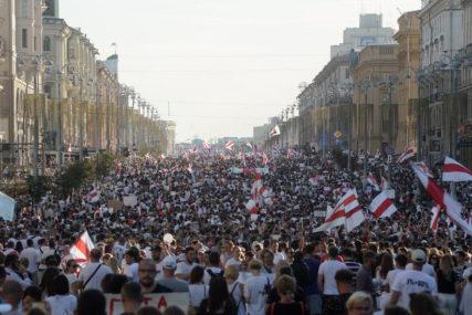 NAJMASOVNIJI PROTESTI U BELORUSIJI Na ulicama oko 250.000 demonstranata, putevi do Minska blokirani (VIDEO)