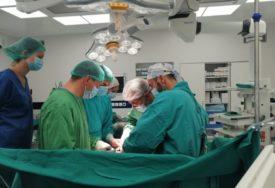 USPJEH NAŠIH VASKULARNIH HIRURGA U UKC RS izvedena složena operacija aneurizme trbušne aorte