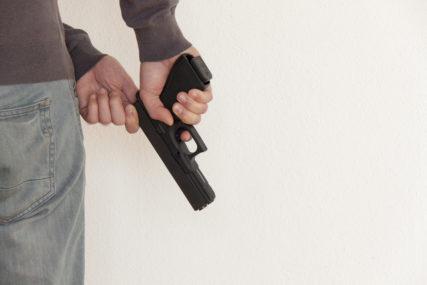 OPLJAČKANE KLADIONICA I APOTEKA Metalnom šipkom i pištoljem oteli novac