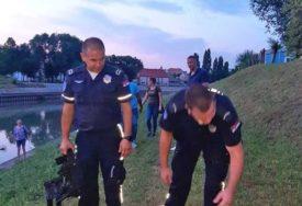 To se zove veliko srce: Policajac se spustio naglavačke niz strmu obalu kako bi spasio psa