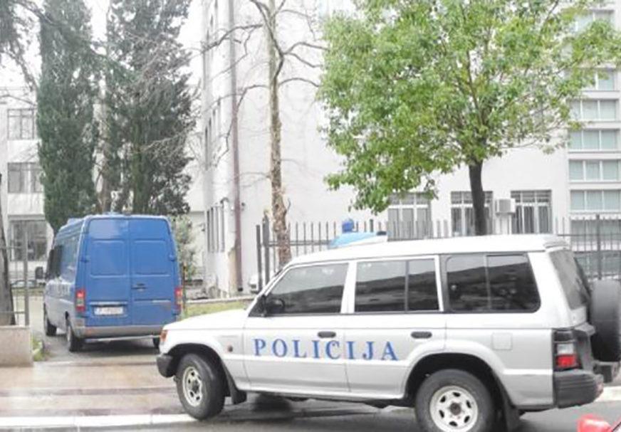 LOMIO STVARI, PA UJEO POLICAJCA Azilant razbijao po prihvatilištu, podignuta prekršajna prijava