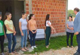 """""""SADA ĆEMO USELITI U SVOJU KUĆU"""" Dodik uručio pomoć za dvije porodice sa 14 DJECE"""