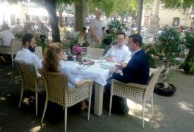 KAFA POD PLATANIMA SA GRADONAČELNIKOM Princ Filip sa suprugom i sinom uživa u Trebinju (FOTO)