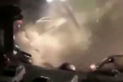 """NESVAKIDAŠNJA SCENA Rupa """"progutala"""" 21 automobil (VIDEO)"""