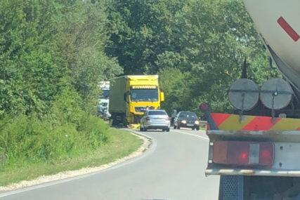 TEŠKI UDES KOD BIJELJINE U sudaru automobila i kamiona POGINULA JEDNA OSOBA