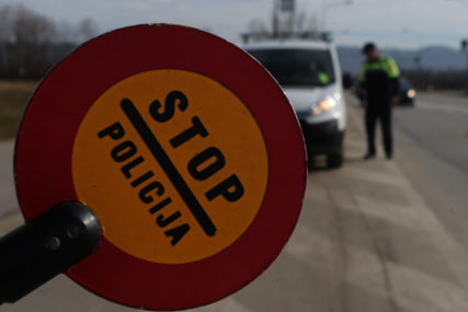 """Vozio bez dozvole, pa OSTAO BEZ AUTOMOBILA: Muškarcu u Gradiški oduzeta """"alfa"""", za kazne duguje 9.360 KM"""